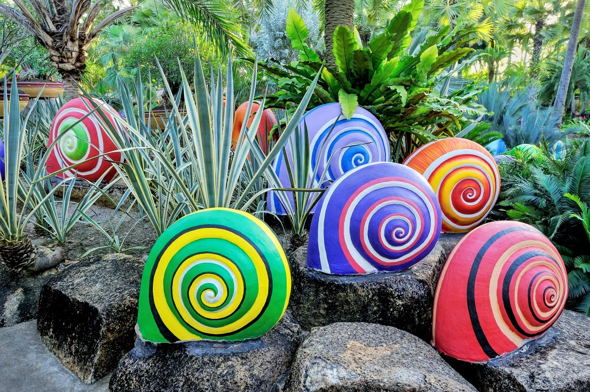 Декоративная улитка в саду