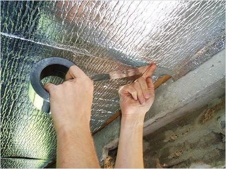 использование фольгоизола на потолке