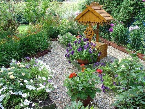 Колодезный домик в саду