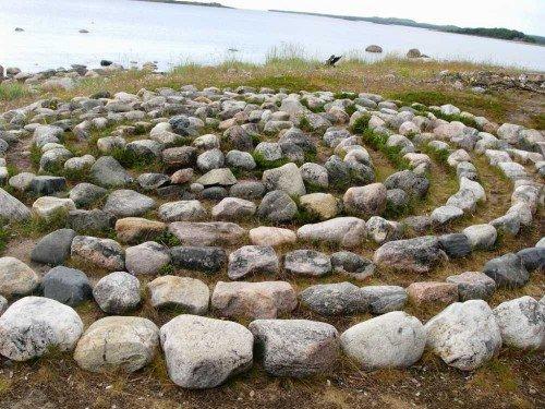 Лабиринт из камней в саду