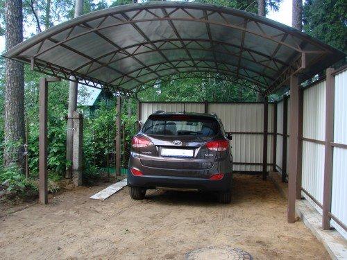 Навес на даче для автомобиля