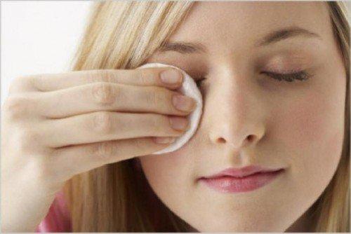Промывание глаз с помощью ватного тампона