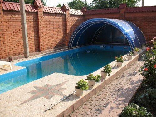 Навес над бассейном на даче из поликарбоната
