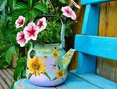 Чайник с цветком на скамейке