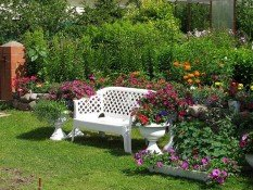 Зона отдыха в виде скамейки, украшенной цветами