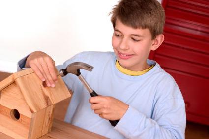 malchik-vbivaet-molotkom-gvozd-v-skvorechnik Как сделать скворечник своими руками – 7 мастер-классов чертежи!