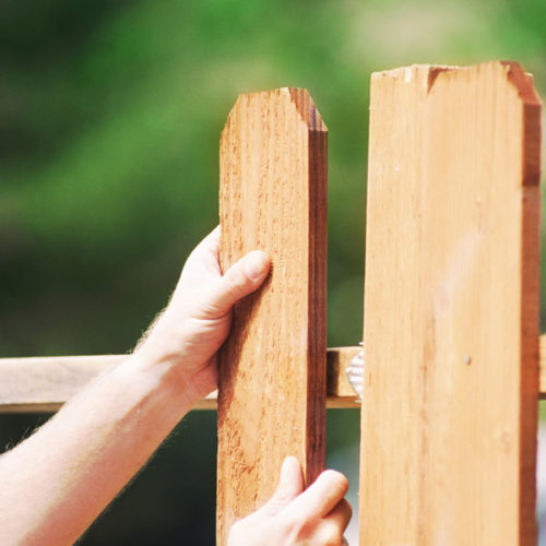 Заключительный этап построения забора из дерева