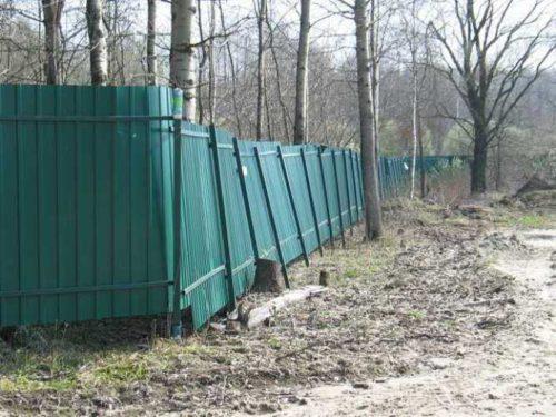 Покосившийся забор из профнастила
