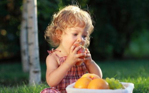 Девочка есть грушу