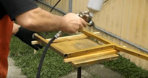Окрашивание элементов лавочки с помощью краскопульта