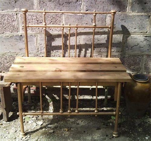 Скамейка из спинок старой кровати