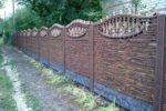 Бетонный забор с каменным рельефом