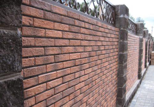Отделка бетонного забора кирпичом