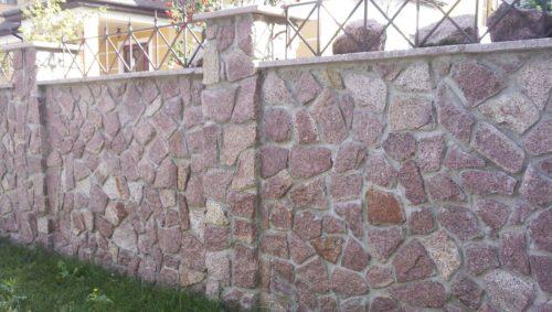 Бетонный забор с отделкой из гранита