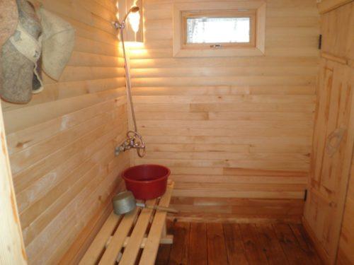 Моечная в бане с деревянным полом
