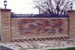 Забор из киирпичей разного цвета и кованых элементов