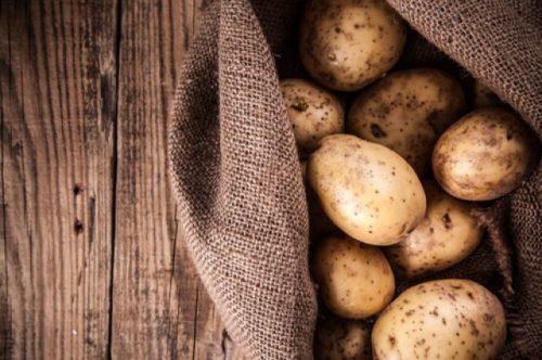 Клубни картофеля в мешке