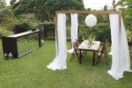 Простая деревянная конструкция для свадебного торжества