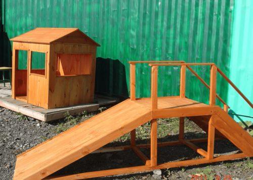 Деревянные горка и домик
