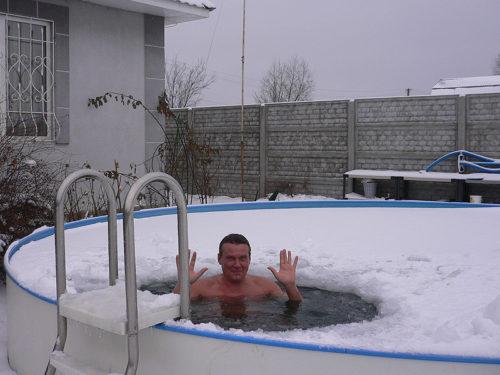 Каркасный бассейн на улице зимой