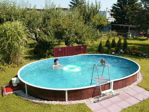 Каркасный бассейн в небольшом углублении