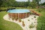Ленточный бассейн с деревянными ступеньками