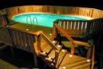 Овальный бассейн с деревянным ограждением
