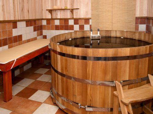 Купель из дерева на кафельном полу