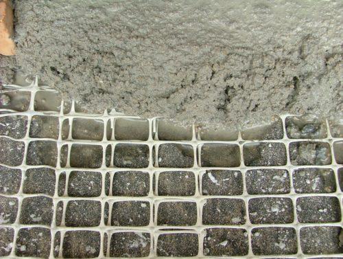 Наносят на армирующую сетку штукатурку