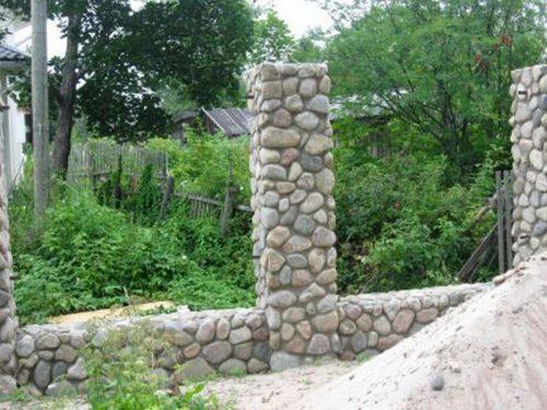 Каменные опоры забора