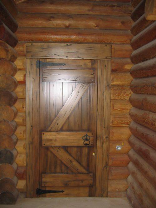 Деревянная декорированная дверь