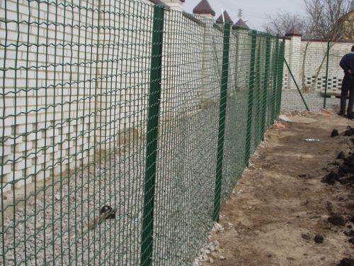 Забор из рифлёной сетки