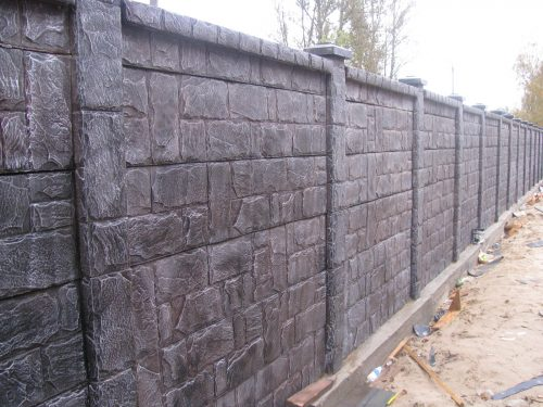 Искусственный строительный камень в заборе