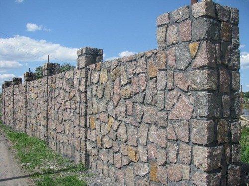 Красивый забор из природного камня