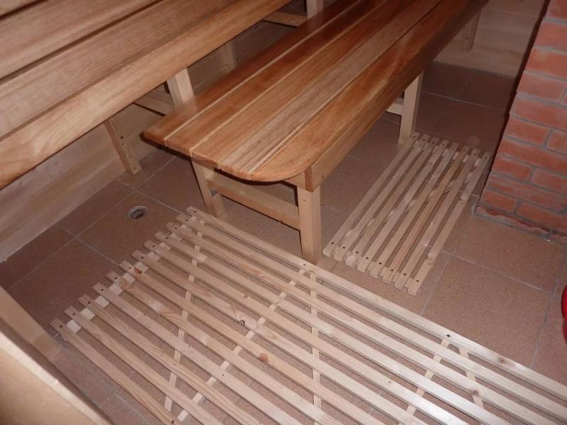 Протекающий пол в бане и крепление лаг для проливных полов