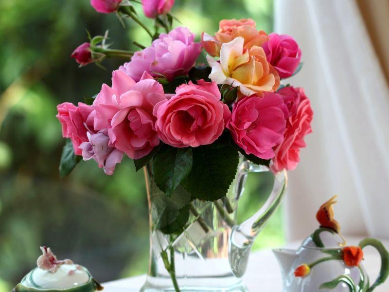 Нужно ли подрезать розы в вазе