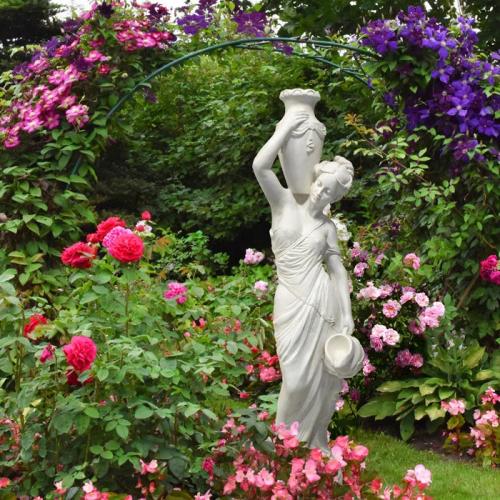 Скульптура женщины с кувшинами
