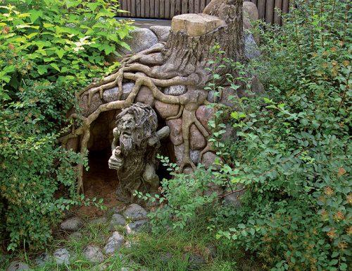 Скульптура из старого дерева