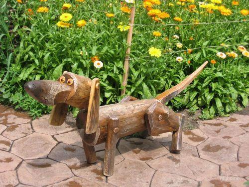 Резная фигурка собачки из дерева