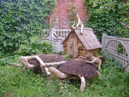 Фигурки из коряг на дачном участке