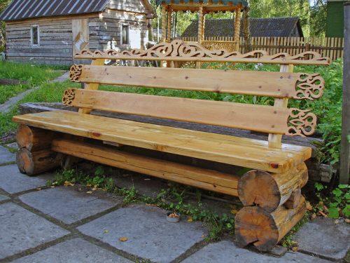 Самодельная деревянная лавочка с резьбой