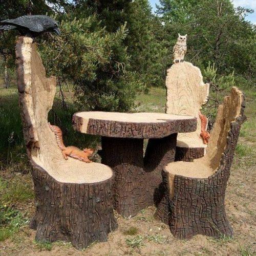 Садовая мебель из распиленных деревьев