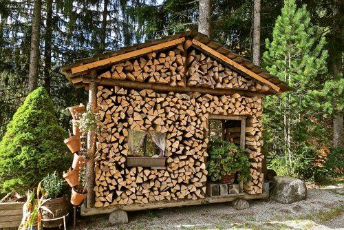 Поленница-клумба в форме колоритного домика