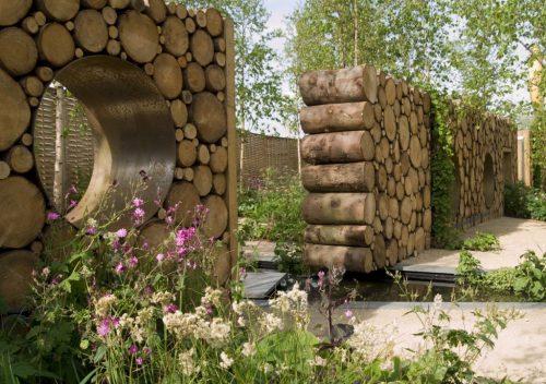 Зонирование участка дровяным забором