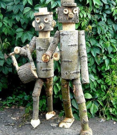 Декоративные фигурки из поленьев на дачном участке