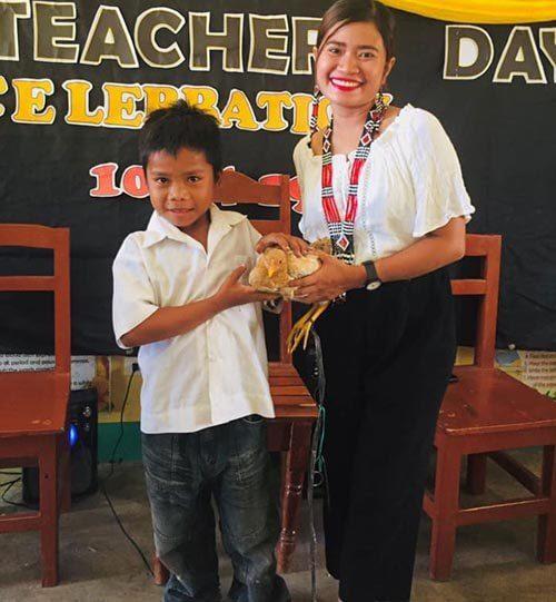 учительница с курицей